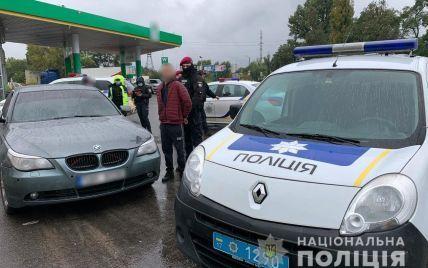 В центре Полтавы возле остановки мужчина стрелял в прохожего и затащил в авто девушку: фото