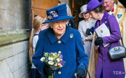 В синем пальто и впервые за долгое время с тростью: королева Елизавета II в сопровождении дочери приехала на службу