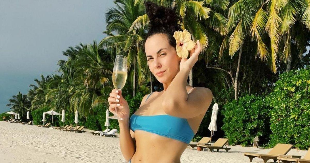 У блакитному бікіні і з шампанським: Настя Каменських показала перше пляжне фото з відпустки