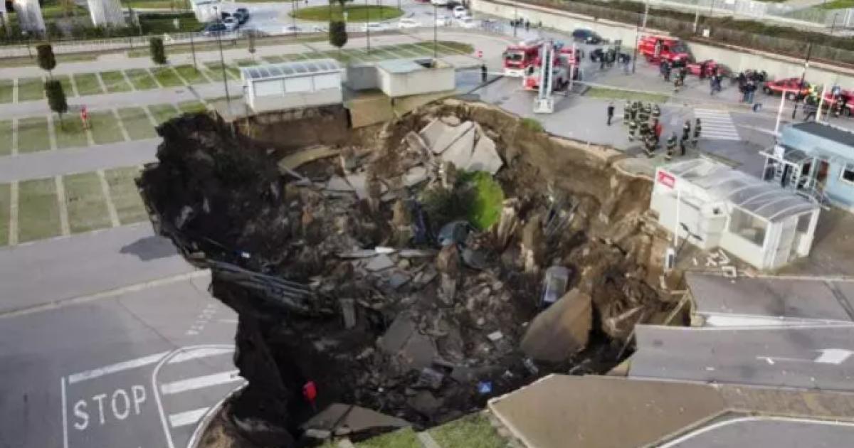 Взрыв в итальянском Неаполе оставил воронку в две тысячи квадратных метров