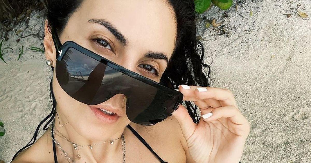 У чорному бікіні й окулярах: Настя Каменських зробила селфі на пляжі