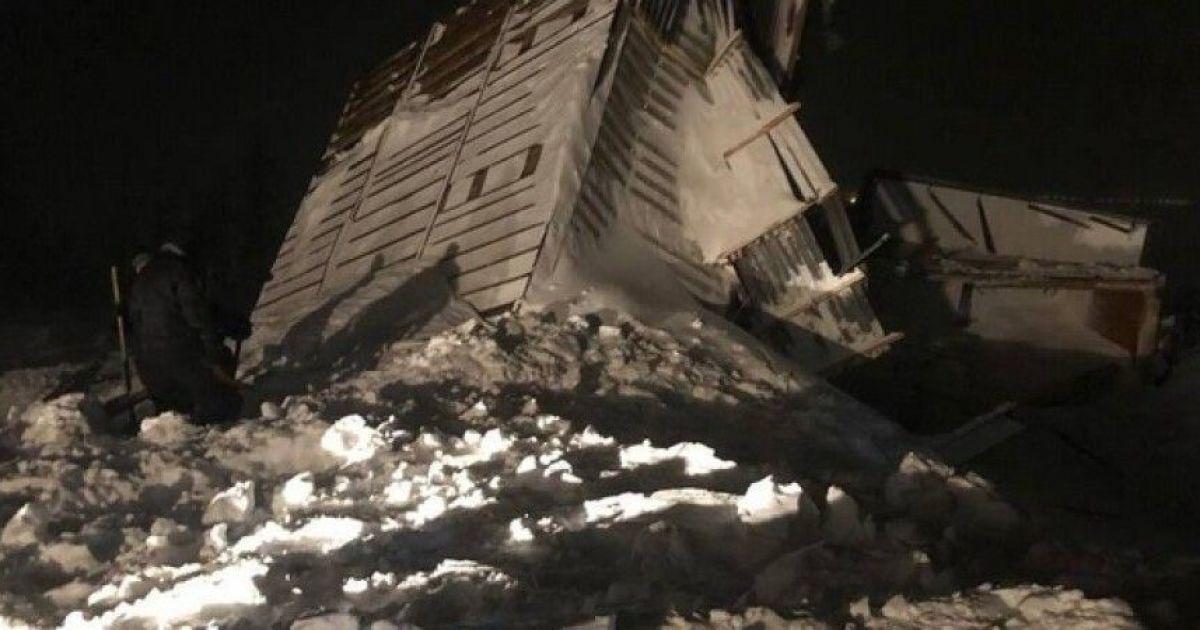 Сходження лавини в Росії: під завалами снігу знайшли тіла двох дорослих і дитини