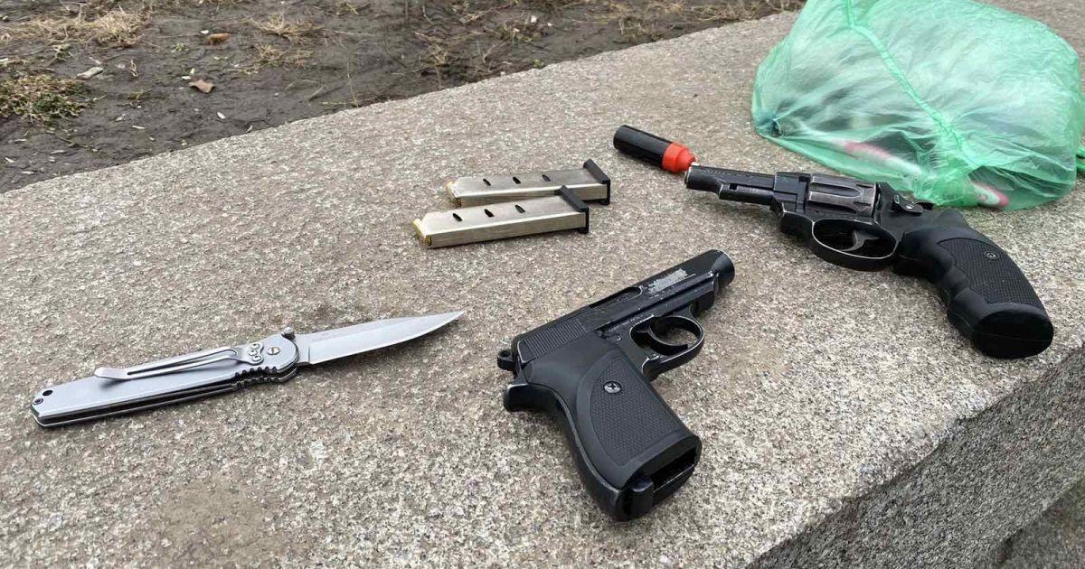 У Полтавській області біля школи чоловік погрожував перехожим пістолетом