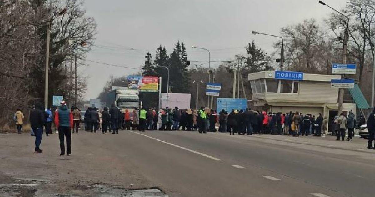 Под Харьковом люди перекрыли трассу из-за платы за коммуналку