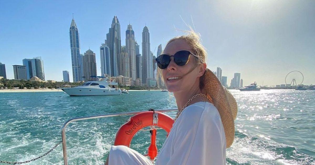 Катерина Осадча у купальнику пробігла хвилями моря