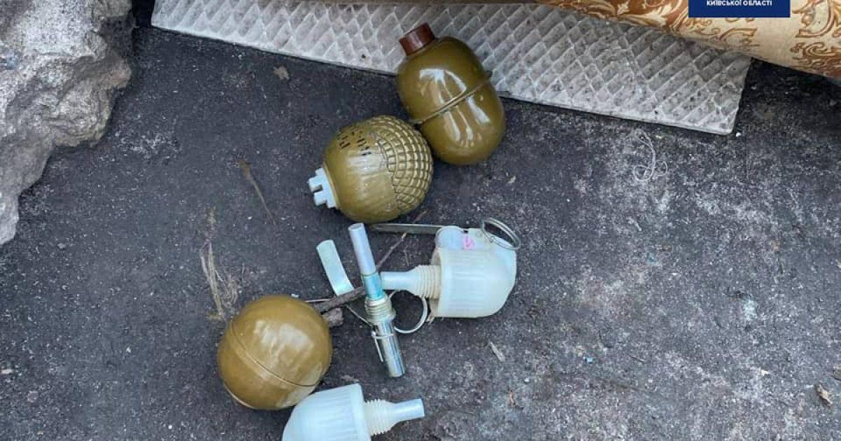 У Київській області чоловік виявив бойові гранати у дворі багатоповерхівки: фото