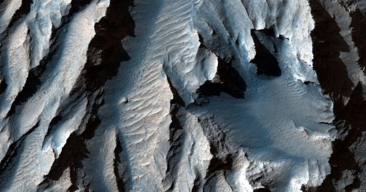 Самый большой каньон в Солнечной системе показали на новом снимке
