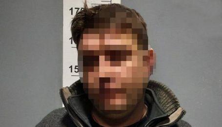 У Києві п'яний чоловік погрожував дружині та її дочці і зламав зап'ястя патрульному