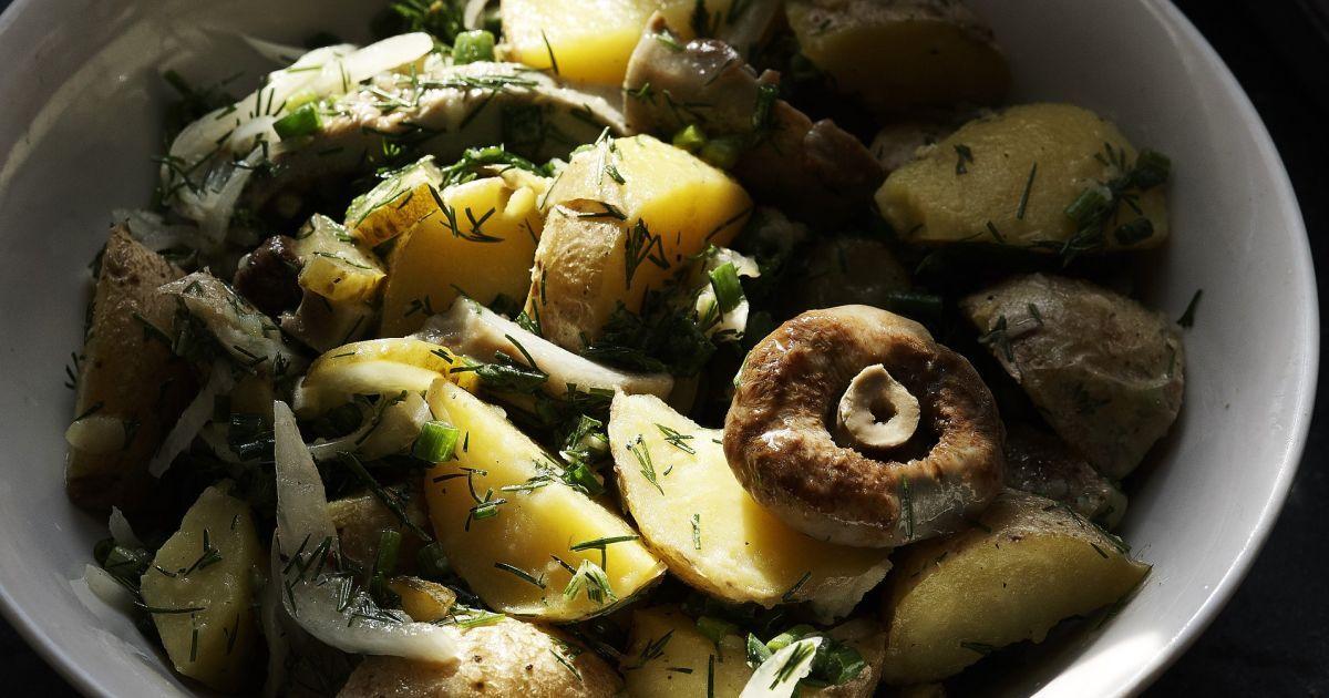 Крестьянский салат с картофелем и груздями к ужину