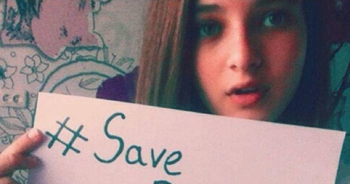 """У Мережі показали фото журналістки, яка з плакатом закликала """"врятувати Донбас від української армії"""""""