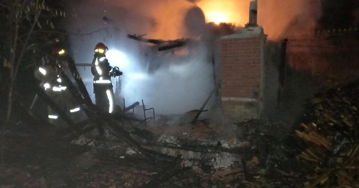 У Києві згорів приватний будинок: фото