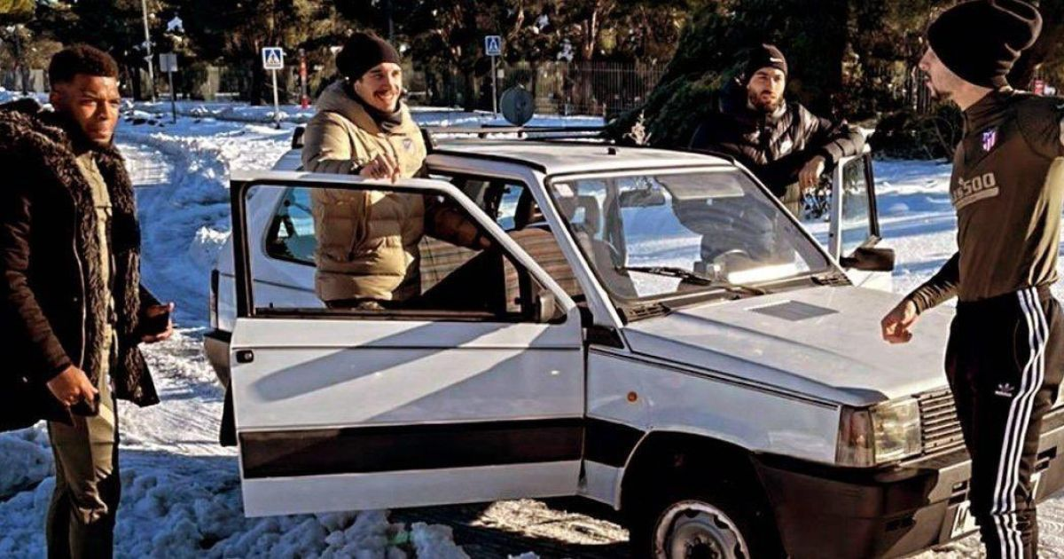 """Из-за мощного снегопада: футболисты """"Атлетико"""" приехали на тренировку на раритетном авто (видео)"""