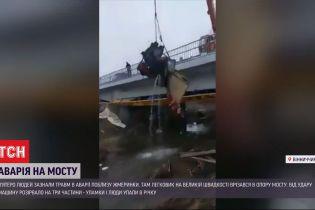 В Винницкой области краном доставали из реки обломки авто, которое врезалось в опору моста