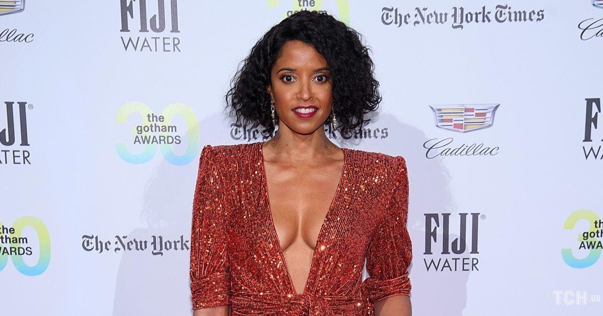 С декольте до пупка: знаменитая актриса прошлась по красной дорожке в эффектном наряде