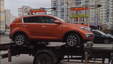 У Києві евакуатор намагався забрати на штрафмайданчик автівку, в салоні якої перебувала дитина (відео)