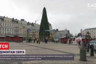Ні вогнів, ні атракціонів: на Софійській площі демонтували 12 кілометрів гірлянди і прибирали ятки