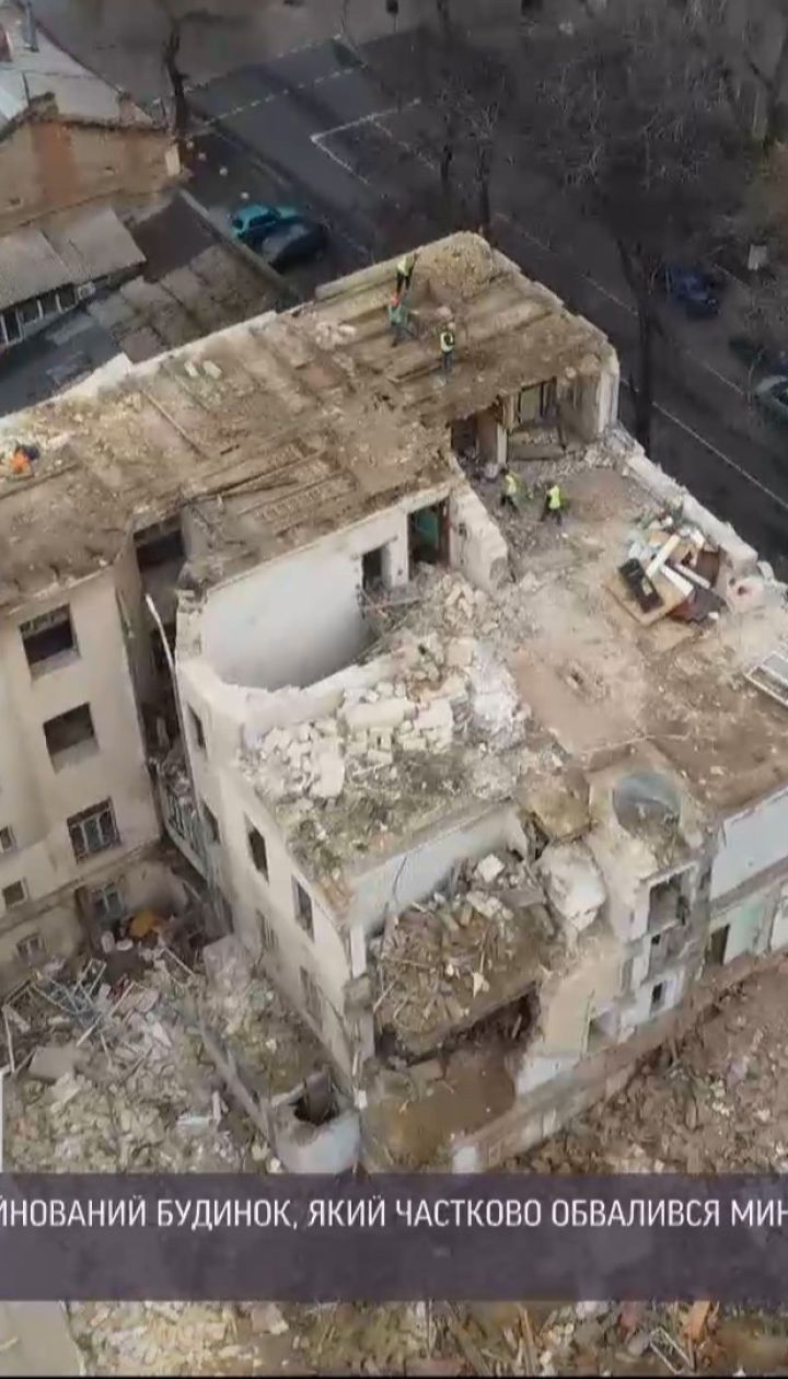 В Одесі почали демонтувати будинок, який частково обвалився в травні минулого року