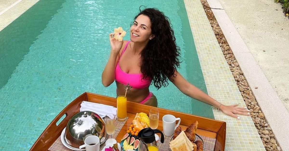 Шампанське і круасани: Настя Каменських показала, як романтично снідала в басейні з чоловіком