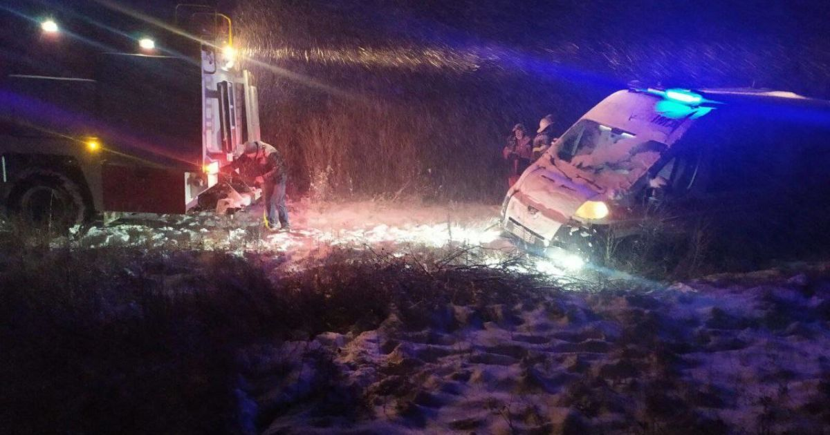В Харьковской области из-за снегопада скорая слетела в кювет