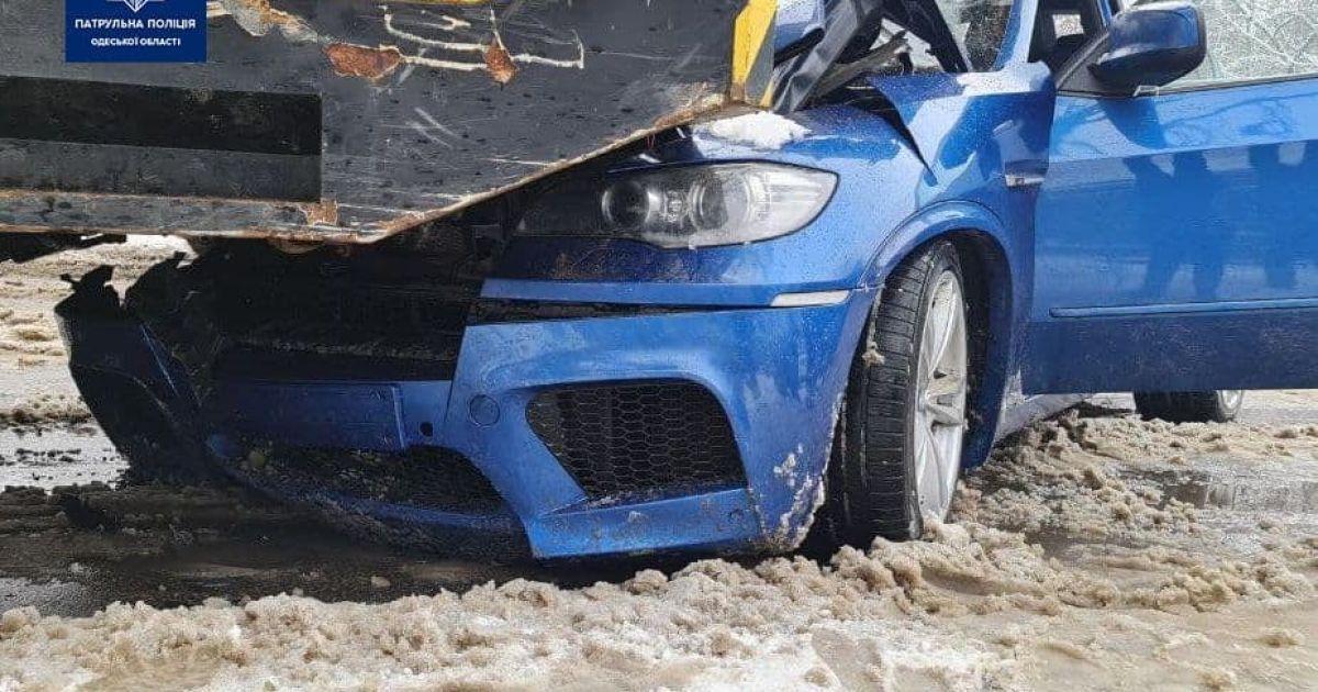 В Одесі автомобіль зіткнувся з автокраном: постраждали діти (фото)