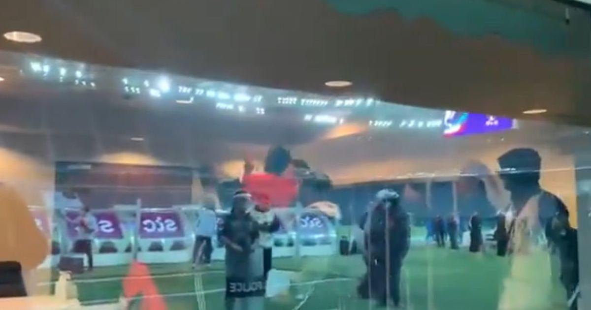 Скандал в Кувейте: обладатели Кубка страны после выигранного трофея принялись качать на руках судью (видео)