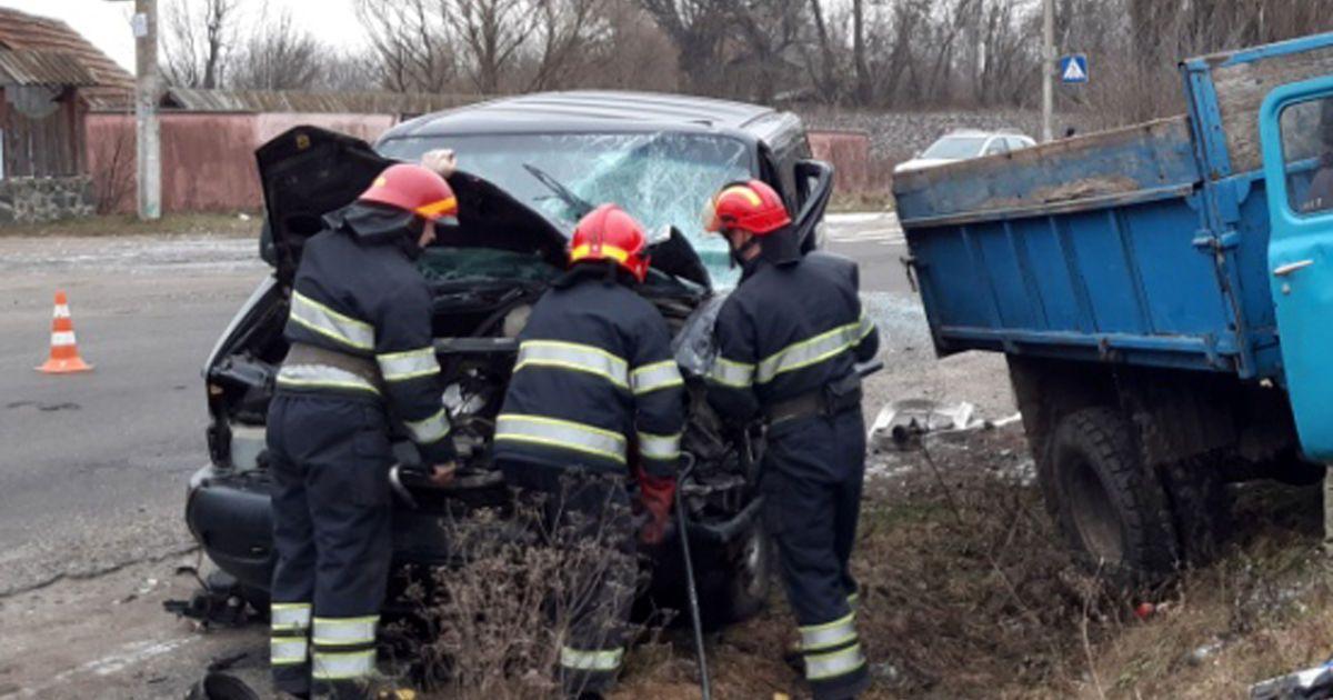 На Хмельниччині зіткнулися вантажівка та мікроавтобус: четверо людей постраждали