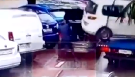 Мало не опинилася в багажнику іншого авто: в Росії показали, як не потрібно евакуювати машину