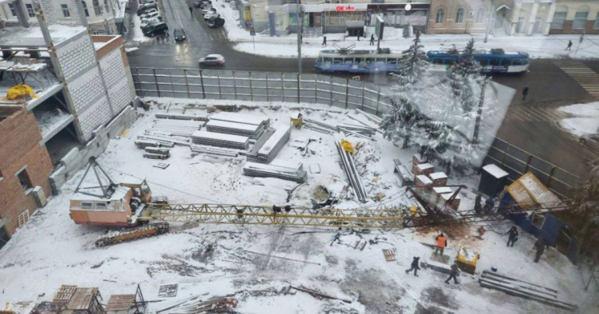 У центрі Харкова на вагончик з робітниками впав будівельний кран