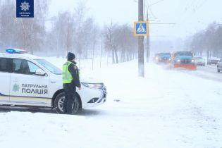 У засніжених областях України патрульні допомагають впоратися із негодою