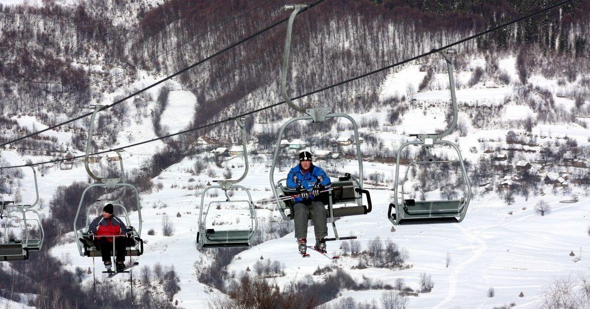 Люди мерзли почти полчаса: на горнолыжном курорте Закарпатья остановился подъемник