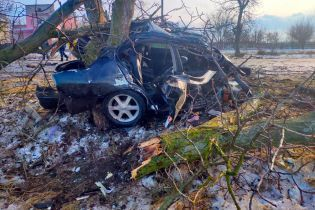 Автівку розірвало на частини: у ДТП в Херсонській області загинуло двоє людей, ще одну госпіталізували