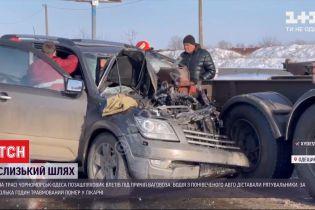 """На трасі """"Чорноморськ-Одеса"""" водій джипа не встиг пригальмувати і влетів під причіп ваговоза"""