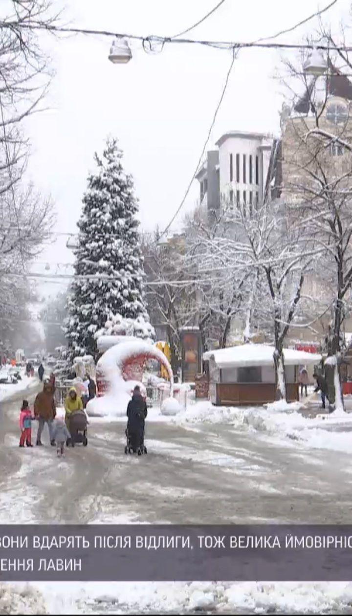 В Украине машины застревают в снежных сугробах, люди травмируются на скользких дорогах