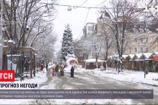 В Україні машини застрягають у снігових заметах, люди травмуються на слизьких дорогах