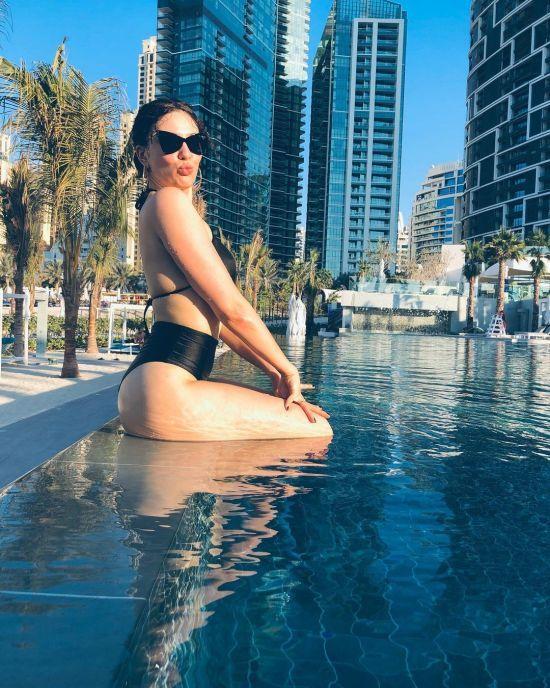 MARUV у купальнику млосно позувала у басейні