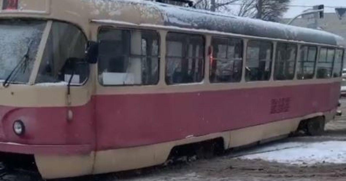 В Киеве трамвай сошел с рельсов и заблокировал движение