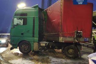 """В Киеве на Южном мосту """"сложился"""" грузовик и заблокировал движение: видео"""