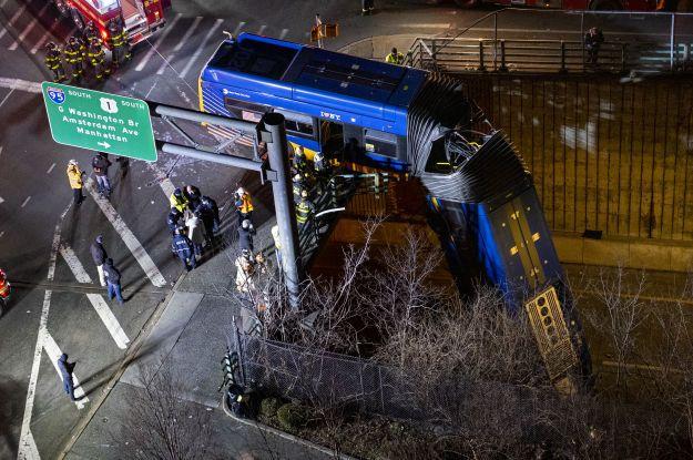 Девять человек оказались в больнице: в Нью-Йорке автобус слетел с эстакады и завис над дорогой