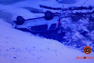 У Дніпрі автівка злетіла в кювет і перекинулася: п'ятеро людей постраждали