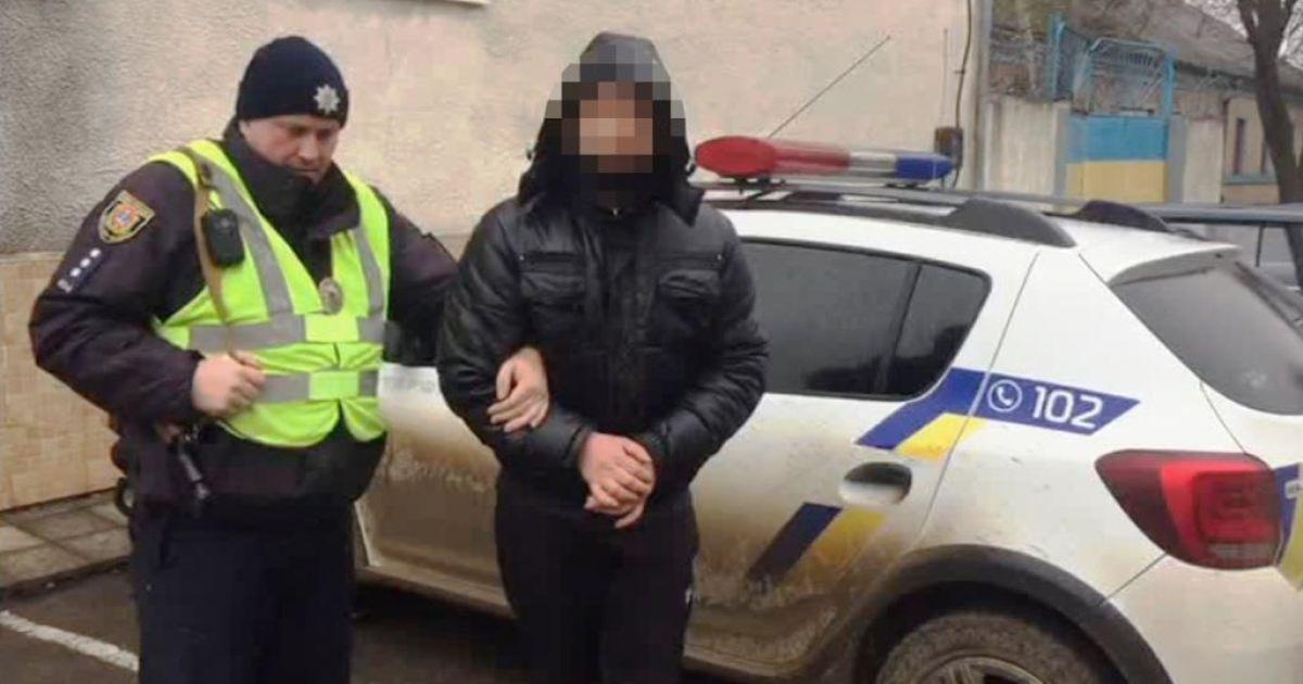 Душил шарфом и вырвал из рук мобильный: в Одесской области клиент напал на таксиста и угнал его авто