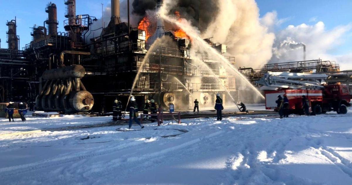 Рятувальники загасили величезний смолоскип вогню на хімічному підприємстві Калуша