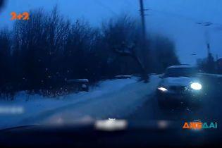 В российском Кирове водитель автомобиль пошел на поворот, не пропустив авто на встречной полосе