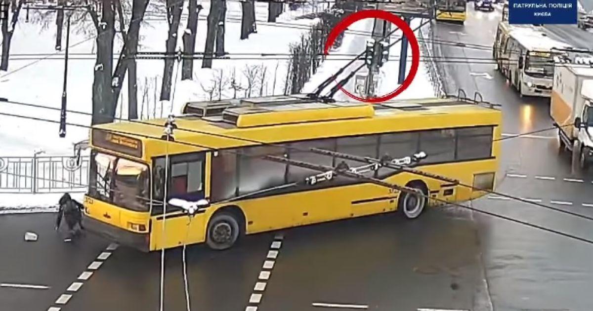 У Києві тролейбус збив жінку на пішохідному переході: поліція оприлюднила відео ДТП