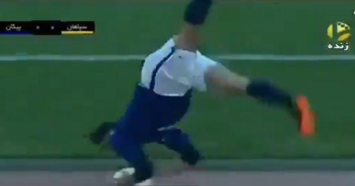 Сумасшедший бросок после сальто: в Иране футболист выбросил мяч из аута на 50 метров (видео)
