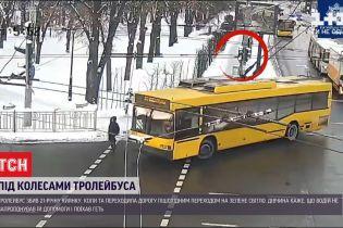 В Киеве водитель троллейбуса сбил 21-летнюю девушку на пешеходном переходе