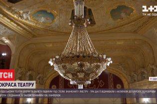 Большая уборка в Одесской опере: почему знаменитую люстру пришлось поднимать под потолок театра