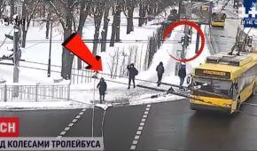 Направлялась на работу, а попала под колеса троллейбуса: как чувствует себя пострадавшей киевлянка