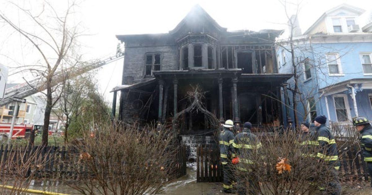"""В Нью-Йорке сгорел исторический """"Дом Хэллоуина"""" Церкви Сатаны: фото, видео"""