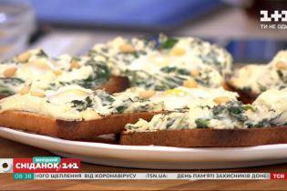 Готуємо ранкові тости зі шпинатом і перепелиними яйцями