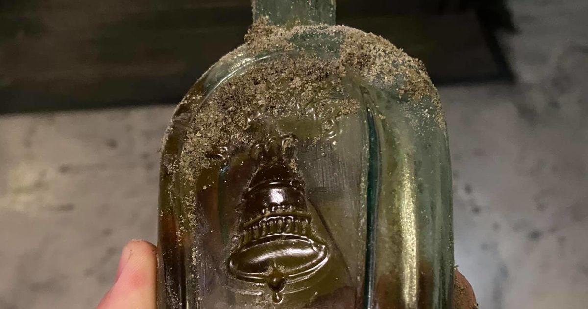 В Одессе рабочие нашли столетнюю бутылку коньяка